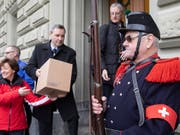 Die Gegnerinnen und Gegner des revidierten Waffengesetzes bei der Einreichung der Unterschriften zum Referendum. Im Abstimmungskampf zielen sie auf Justizministerin Karin Keller-Sutter. (Bild: KEYSTONE/PETER KLAUNZER)
