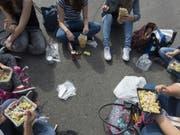 Mittagspicknick in der Berner Innenstadt: Die Stadtregierung möchte, dass weniger Wegwerfgeschirr verwendet wird. (Bild: Keystone/LUKAS LEHMANN)