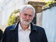 Labour-Chef Jeremy Corbyn am Montag beim Verlassen seines Hauses in London - am Abend gab er bekannt, dass sich Labour hinter die Forderung nach einem zweiten Brexit-Referendum stellt. (Bild: Keystone/EPA/VICKIE FLORES)