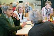 Am runden Tisch: Dorfbewohner diskutieren mit Mitgliedern der Seniorenkommission. (Bild: Evi Biedermann)