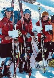 Gold und Silber für Lenz Hächler (Mitte) vom Skiclub Oberwil-Zug auf dem Stoos. Der Beckenrieder David Käslin (links) fuhr auf Rang 2, der Oberägerer Joel Iten auf den 3. Rang. (Bild: pd)