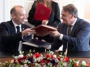 Staatssekretär Mario Gattiker (rechts) und sein britischer Amtskollege Christopher Heaton-Harris unterzeichnen in Bern ein Abkommen, das nach dem Brexit die Aufenthaltsrechte von Schweizer Bürgern in Grossbritannien und britischen Bürgern in der Schweiz sichert. (Bild: KEYSTONE/EPA KEYSTONE/PETER KLAUNZER)