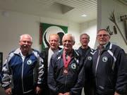 Reto Michel wird umrahmt von seinen stolzen Kameraden der Schützengesellschaft Steinhausen. (Bild: pd)