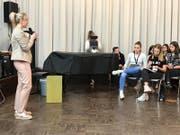 Nationalrätin Diana Gutjahr erzählte den Sekundarschülern, was sie als Parlamentarierin in Bern erlebt. (Bild: PD)