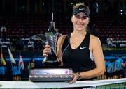 Belinda Bencic mit dem Pokal für den Turniersieg in Dubai. (Bild: Zuma Sports Wire / Freshfocus)