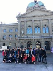 Auch vor dem Bundeshaus wird der Besuch in Bern fotografisch festgehalten. (Bild: PD/ Paul Vetterli)