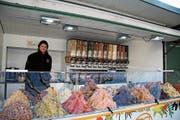 Thomas Lienhard freut sich über seinen farbenfrohen, festen Marktstand mit verschiedenen Trockenfrüchten. (Bild: Aliena Trefny)
