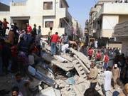 Nach dem Einsturz eines Wohnhauses in der pakistanischen Hauptstadt Karachi suchen Rettungskräfte nach Opfern. (Bild: KEYSTONE/EPA/REHAN KHAN)