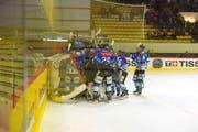 Die Luzerner feiern nach dem dritten Sieg über Küsnacht den Einzug in die Halbfinals. Bild: Michael Wyss (Luzern, 23. Februar 2019)