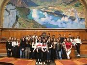 Die Amriswiler Schülerinnen und Schüler posieren im Nationalratssaal für ein Erinnerungsfoto. (Bild: PD/Paul Vetterli)