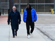 Der Sänger R. Kelly (rechts) ist nach Hinterlegung einer Sicherheitsleistung am Montag (Ortszeit) aus der Untersuchungshaft entlassen worden. (Bild: KEYSTONE/FR170980 AP/MATT MARTON)