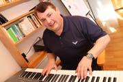 Paul Gubler bei sich zu Hause in Kradolf im Musikraum beim Austüfteln von neuen Melodien. (Bild: Christof Lampart)
