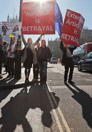 Protestaktion vor dem britischen Parlament in London. (Bild: Frank Augstein/AP)