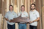 Klaus Beeler (Mitte) freut sich über die gelungene Nachfolgeregelung und übergibt Beat Bissig (links) sowie Marco Bissig symbolisch das Schiff für sein Unternehmen. (Bild: PD, Erstfeld, 21. Dezember 2018)