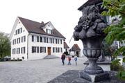 Das Einreichen einer Motion, die die Finanzkompetenz des Neuheimer Gemeinderats (im Bild das Gemeindehaus) regeln wollte, ist wegen der kantonalen Gesetzgebung nicht mehr nötig. (Bild: Werner Schelbert (Neuheim, 11. April 2017))