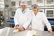 In der Coop-Grossbäckerei 2016: Chef Joos Sutter und die damalige Bundesrätin Doris Leuthard. (Bild: Mario Heller (Schafisheim, 31. März 2016))