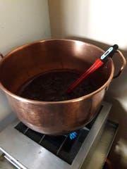 Das Rezept der Buebestängel bleibt geheim. Bekannt ist jedoch, dass sie aus einer Karamellmasse bestehen.