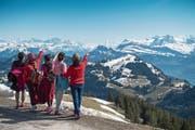 Touristen bestaunen das Bergpanorama von Rigi Kulm aus. (Bild: Boris Bürgisser (20. April 2018)