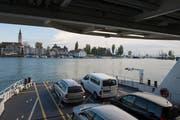 Blick auf Romanshorn: Eine Fähre der Schweizerischen Bodensee-Schifffahrt verlässt den Hafen. (Bild: Ralph Ribi)