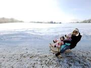 Die Beratungsstelle für Unfallverhütung (bfu) rät davon ab, mit Kleinkindern auf dem Rücken Skipisten hinunterzusausen. Schlittelplausch hält sie für die besser Alternative. (Bild: KEYSTONE/WALTER BIERI)