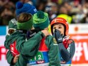 Jubel über den ersten WM-Titel eines Frauenteams: Deutschlands Skispringerinnen (Bild: KEYSTONE/EPA/CHRISTIAN BRUNA)