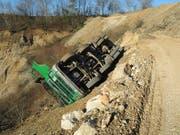 Ein Lastwagen kippte in Zeiningen AG in eine Kiesgrube. Der 75-jährige Fahrer wurde aus der Kabine geschleudert und erlitt schwere Kopfverletzungen. (Bild: Handout Kantonspolizei Aargau)