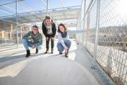 Marion Gessner, Stationsleiterin Elsbeth Eberle und Tierpflegerin Fabia Kaufmann schauen sich eine Voliere der neuen Wildvogelstation an. (Bild: Donato Caspari)