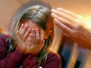 Ein Kind wird zu Hause geohrfeigt. Gemäss Schätzungen einer Studie sind in der Schweiz bis zu 130'000 Kinder in der Erziehung regelmässig Opfer von Gewalt. (Bild: KEYSTONE/STEFFEN SCHMIDT)