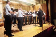 Die Sänger tragen unter der Leitung von Dirigent Peter Geuggis klassische Lieder vor. (Bild: Peter Spirig)