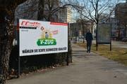 Das umstrittene Plakat des Elektrogeschäfts; im SVP-Stil aber mit dem Namen des Zuger Traditionskonzerns. (Bild: Andreas Faessler, Uster, 26. Februar 2019)