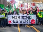 Demonstranten gehen am Dienstag beim Warnstreik mit einem Banner mit der Aufschrift «Wir sind es wert» durch die Münchener Innenstadt. Die Gewerkschaft Verdi hat mehr als 2000 Beschäftigte im Öffentlichen Dienst in ganz Bayern zu Warnstreiks gerufen. (Bild: Keystone/DPA/LINO MIRGELER)