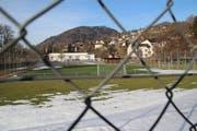 Die neue Kantonsschule Wattwil soll auf dem Rietstein-Areal entstehen, wo sich heute Sportanlagen befinden. Die Turnhalle, das weisse Gebäude im Hintergrund, bleibt erhalten und wird weiterhin für die Kantonsschule genutzt. (Bild: Martin Knoepfel)