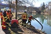 An der Thur lernten die Feuerwehrleute, wie sie mit der Motorspritze Wasser ansaugen können. (Bild: Sabine Camedda)