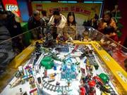 Lego City und Lego Technic sind Klassiker: Der dänische Spielzeughersteller hat sich 2018 wieder gefangen und etwa im wichtigen Markt China zweistelliges Wachstum verzeichnet. (Bild: KEYSTONE/AP/MARK SCHIEFELBEIN)