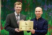 Die Organisatoren von Osterspringen Amriswill Stefan Kuhn und Urs Himmelberger mit der Auszeichnung «Organizer of the Year». (Bild: Donato Caspari)