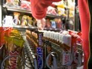 Twix, Snickers, Mars: Die Migros will keine höheren Preise akzeptieren und hat deshalb einen Bestellstopp für Mars-Produkte beschlossen. (Bild: KEYSTONE/GAETAN BALLY)