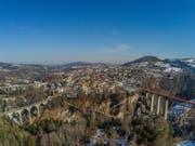 Brückenmuseum St.Gallen: Rechts der Sitterviadukt der SOB mit dem orangen Baustellennetz. Links ist der SBB-Viadukt, die Kräzernbrücke, die Fürstenlandbrücke und hinter dem Kamin der KVA der Sitterviadukt der Stadtautobahn zu erkennen. (Leserbild: Renato Maciariello - 21. Februar 2019)