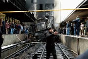 Nach dem Unglück und dem Brand der Lok versammeln sich Schaulustige auf den Perrons. (Bild: Nariman El-Mofty/AP; Kairo, 27. Februar 2019)