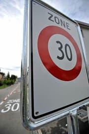 Die Signalisation der Tempo-30-Zone soll verbessert werden. (Bild: Reto Martin)