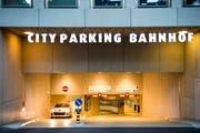 Die City Parking St.Gallen AG weist Kritik an ihrer Tarifgestaltung aus Gewerbekreisen in einem offenen Brief zurück. Sie verweist dabei auf die Tatsache, dass sie seit 2007 741 neue Parkplätze in der Innenstadt geschaffen hat - unter anderem auch in der Parkgarage hinter dem Hauptbahnhof (im Bild deren Einfahrt). (Bild: Urs Bucher - 20. Oktober 2013)