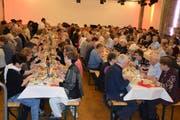 Rund 200 Ortsbürger geniessen am Mittwochmittag eine original Ortsbürgerwurst in der Tonhalle. Bild: Gianni Amstutz