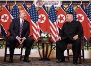 Donald Trump und Kim Jong Un zeigten sich schon zu Beginn ihres Zusammentreffens in guter Laune. (Bild: Evan Vucci/AP (Hanoi, 27. Februar 2019))