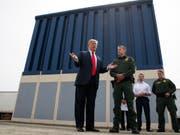 US-Präsident Donald Trump bei der Besichtigung von Prototypen für eine Grenzmauer. (Bild: KEYSTONE/AP/EVAN VUCCI)