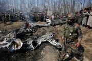 Das Wrack des abgeschossenen, indischen Militärjets. (Bild: Mukhtar Khan / AP, Kaschmir, 27. Februar 2019)