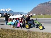 Auf dem Trettraktor-Kindertaxi in Stans geht's fröhlich zu und her. (Bild: Franz Niederberger)