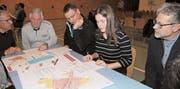Jung und Alt an einem Tisch: Die Bevölkerung von Diepoldsau konnte ihre Meinung zur Ortsplanungsrevision kundtun. (Bild: Susi Miara)
