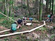 Mitglieder und Vorstand von Nesslau Tourismus legten beim Bau der Feuerstelle und der Wasserrinne selber Hand an. (Bild: PD)