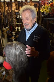 Über 200 alte Zöpfe und Perücken finden sich in Roland Wagners Keller. Bild: Lara Wüest