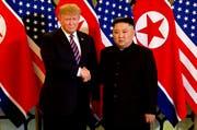 US-Präsident Donald Trump, links, trifft den Nordkoreanischen Machthaber Kim Jong Un in Vietnam. (Bild: Host Broadcast via AP, Hanoi, 27. Februar 2019)