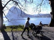 Schönes Winterwetter im Tessin, im Parco Ciani in Lugano am Luganersee, mit dem San Salvatore im Hintergrund. (Bild: Keystone/KARL MATHIS)